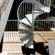 Escalera de caracol modelo Akua-Z con peldaños de metal estampado galvanizado y barandilla modelo R2 de Enesca.es