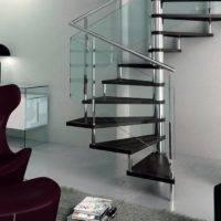 Escalera de caracol modelo Avant con peldaños de madera y barandilla modelo R5V1 de Enesca.es