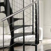 Escalera de caracol modelo E20 con peldaños de metal estampado y barandilla modelo R4(2) de Enesca.es