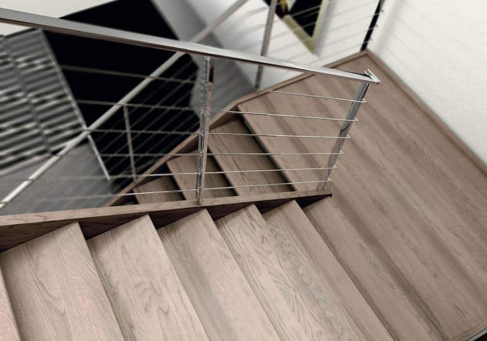 Escalera de tramos modelo Aris con peldaños de madera y barandilla modelo R5 y R7(1) de Enesca.es