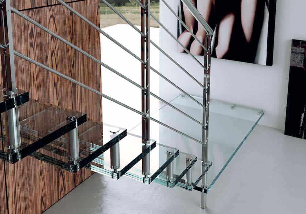 Escalera de tramos modelo Glam Cristal con peldaños de cristal y barandilla modelo R5(2) de Enesca.es