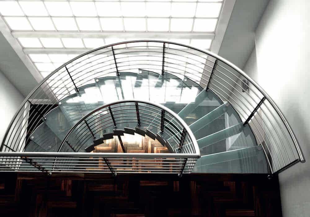 Escalera de tramos modelo Itron Cristal con doble estructura, peldaños de cristal y barandilla modelo R5(2) de Enesca.es