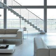 Escalera de tramos modelo Itron Metal con doble estructura, peldaños de metal estampado y barandilla modelo R5 de Enesca.es