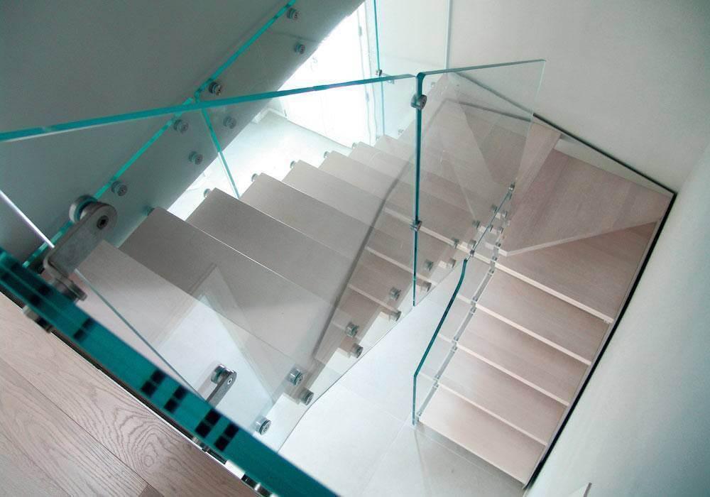 Escalera de tramos modelo Itron con estructura simple, peldaños de madera y barandilla modelo RV1(1) de Enesca.es