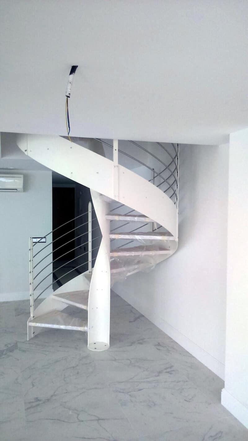 Escalera Helicoidal con Estructura Metálica y Peldaños Madera