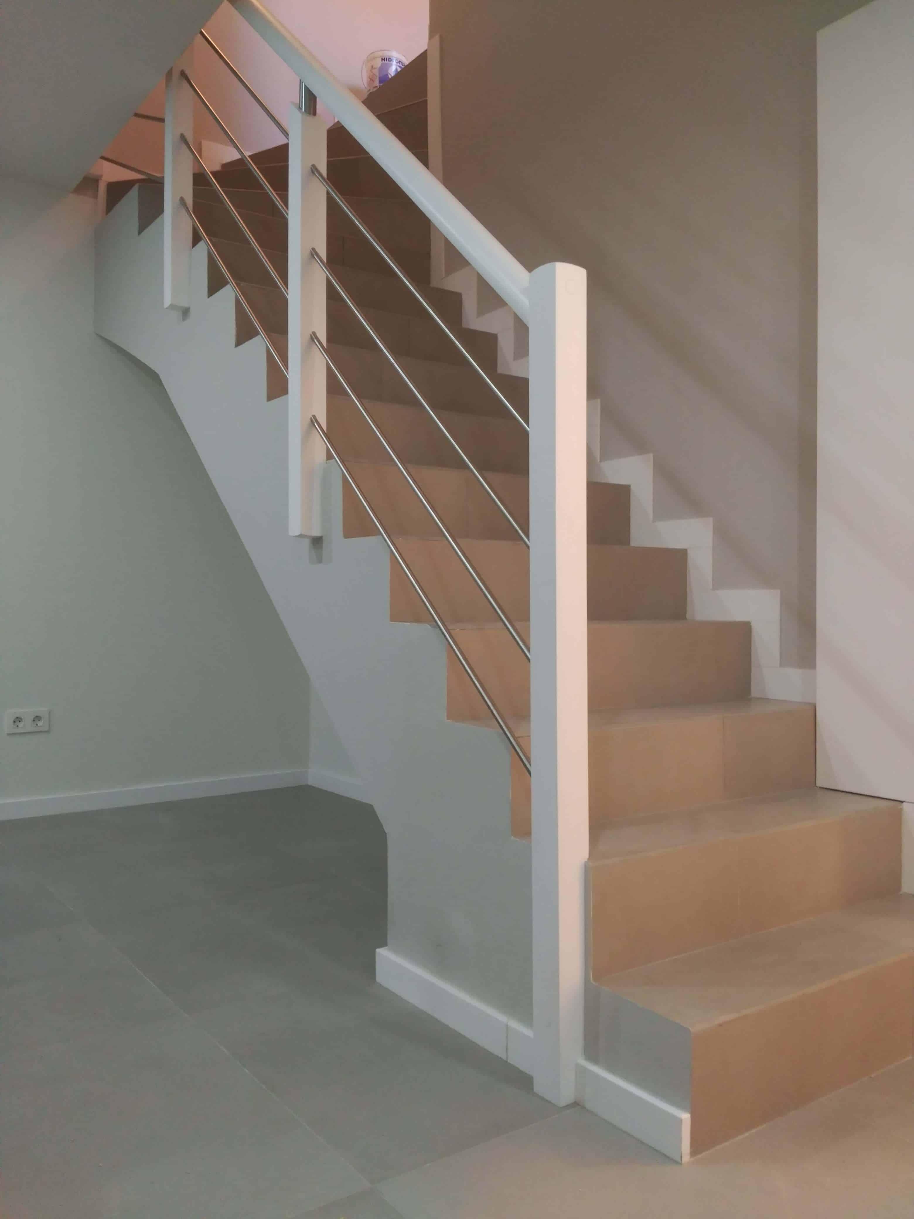 Barandilla para escalera de obra for Escaleras de madera de dos tramos