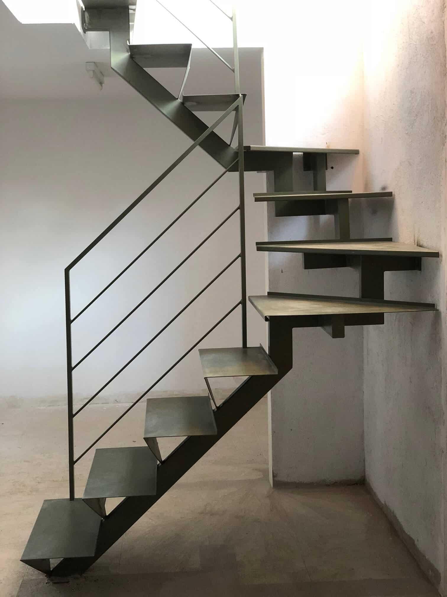 Escaleras de metal a tramos - Enesca.es