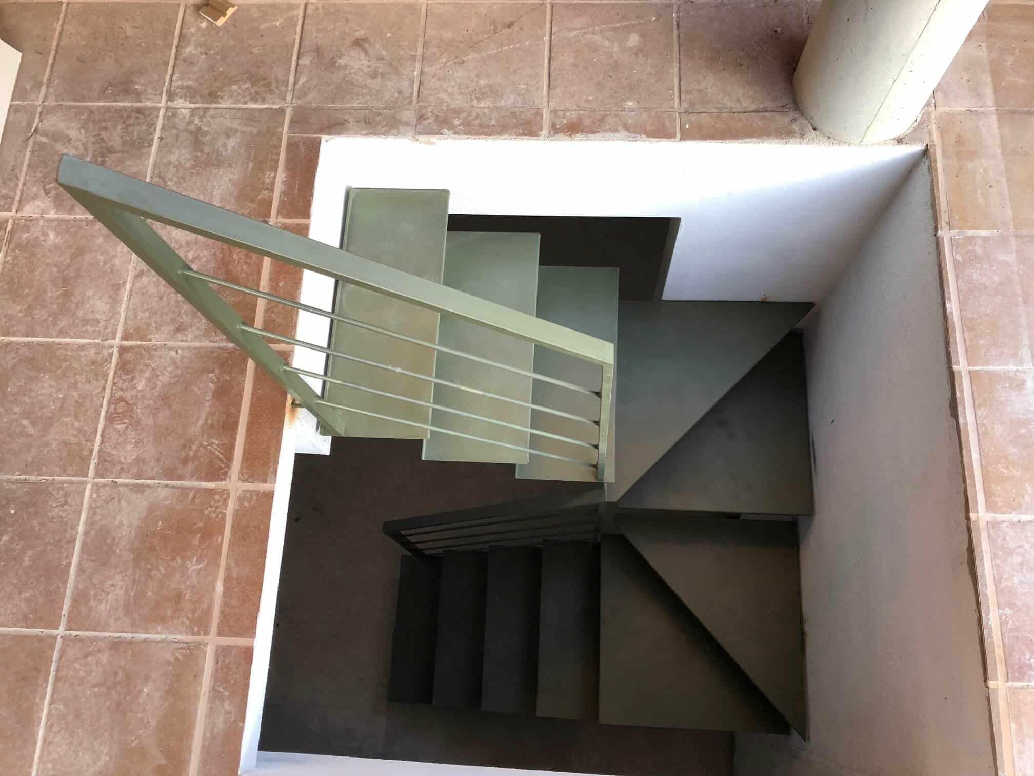 Escalera metálica en tramos rectos