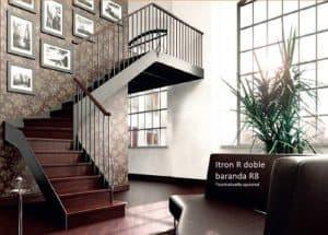 Escalera de caracol de madera color caoba | Enesca.es