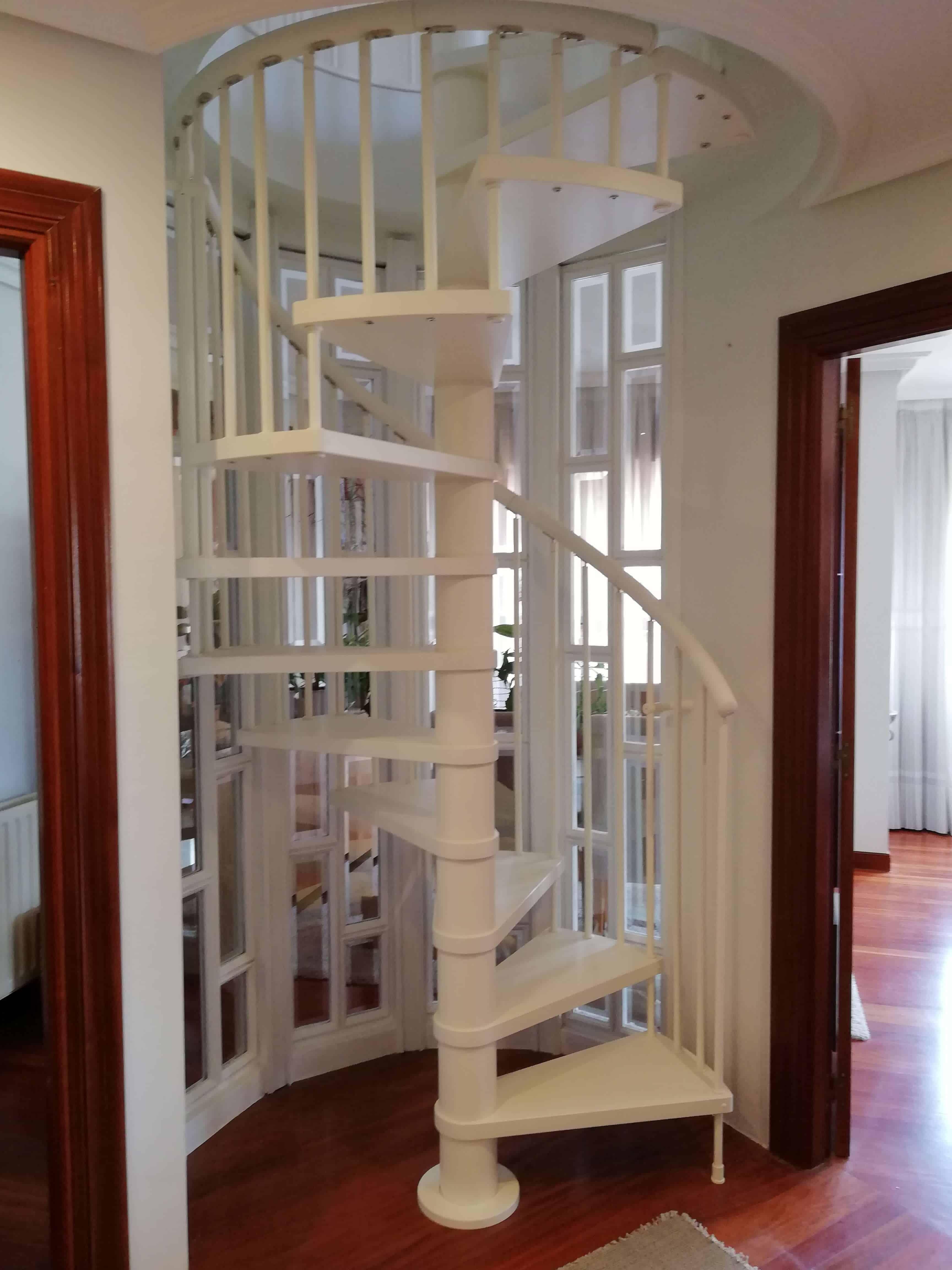 Escalera de caracol en madera lacada color blanco | Enesca.es