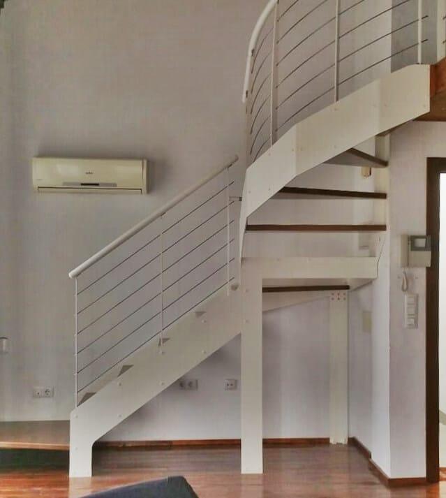 Escalera metálica con peldaños de madera de Enesca