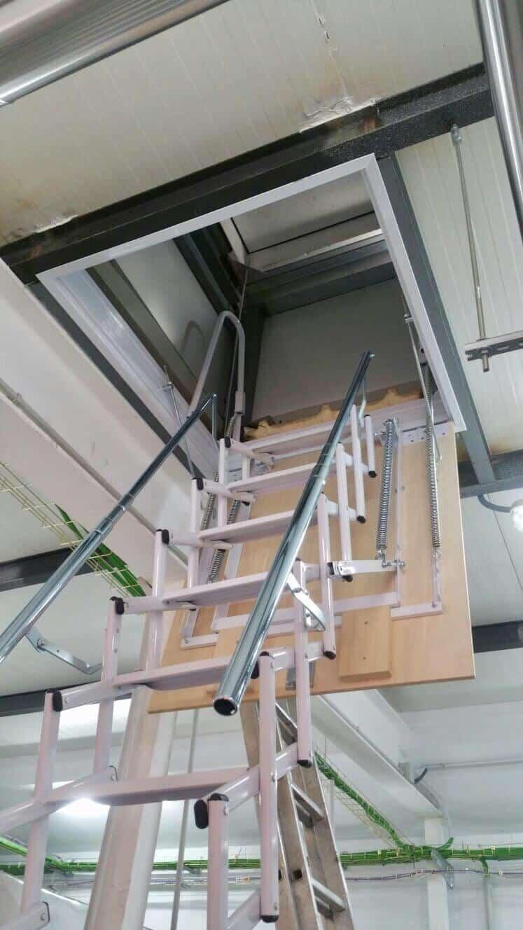 Escalera plegable para salida a tejado tipo tijera modelo Flexa de Enesca