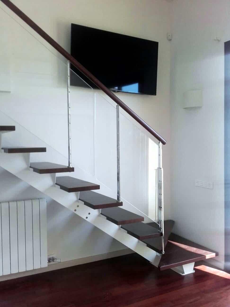 Escalera recta con baranda de cristal de Enesca