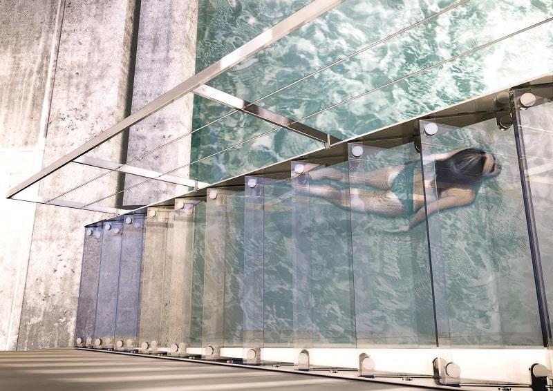 Escaleras modernas de cristal y metal inox de Enesca.es