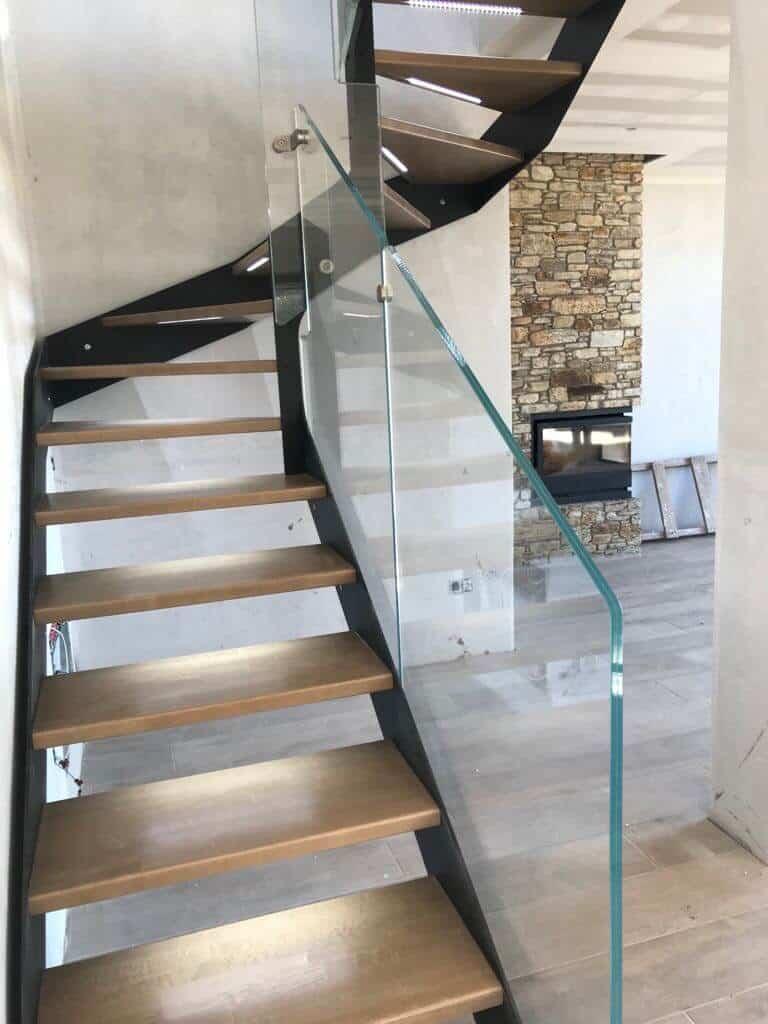 Barandilla de cristal en escalera de madera de enesca