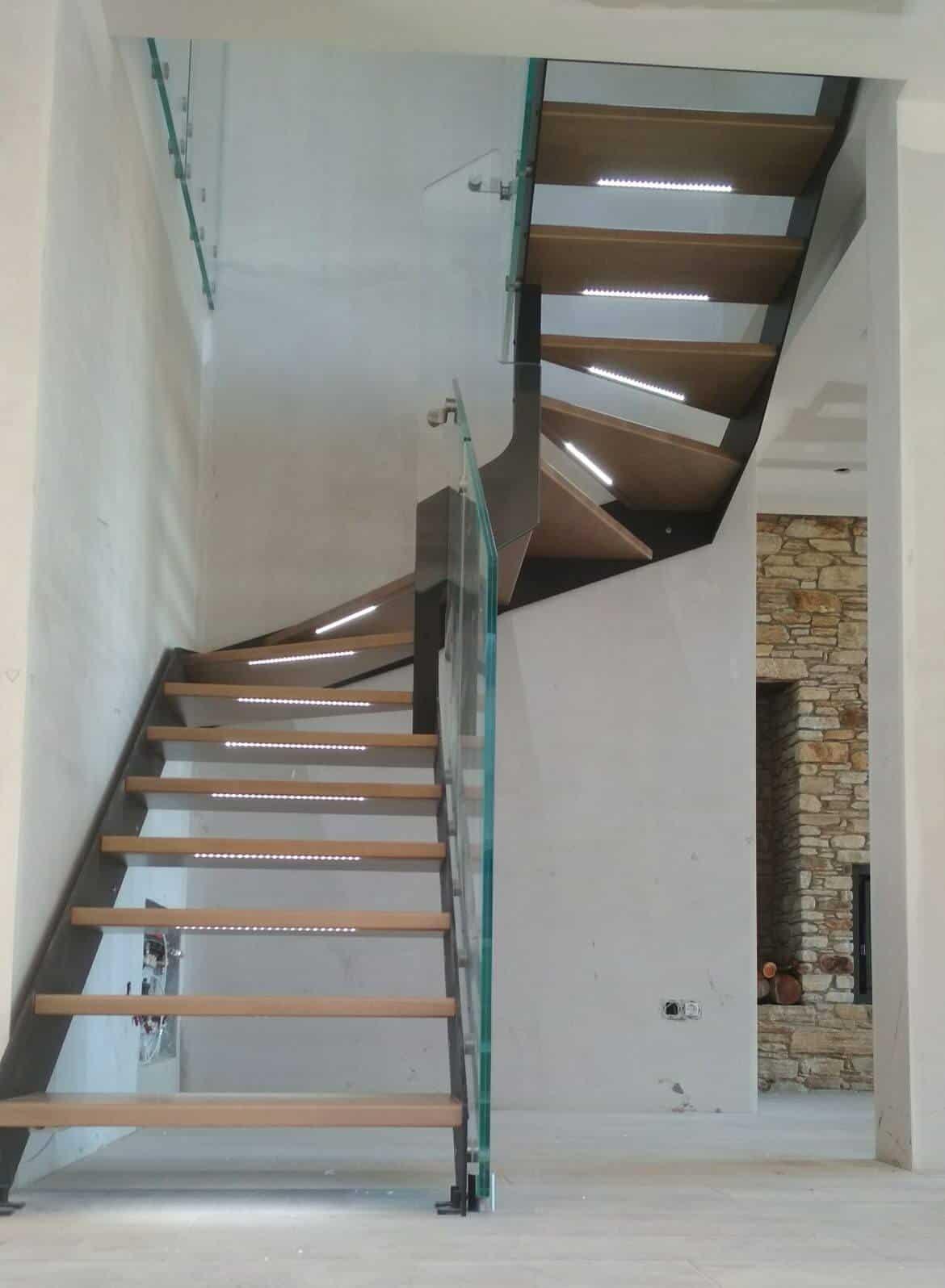 Escalera de madera con luz en los peldaños de enesca