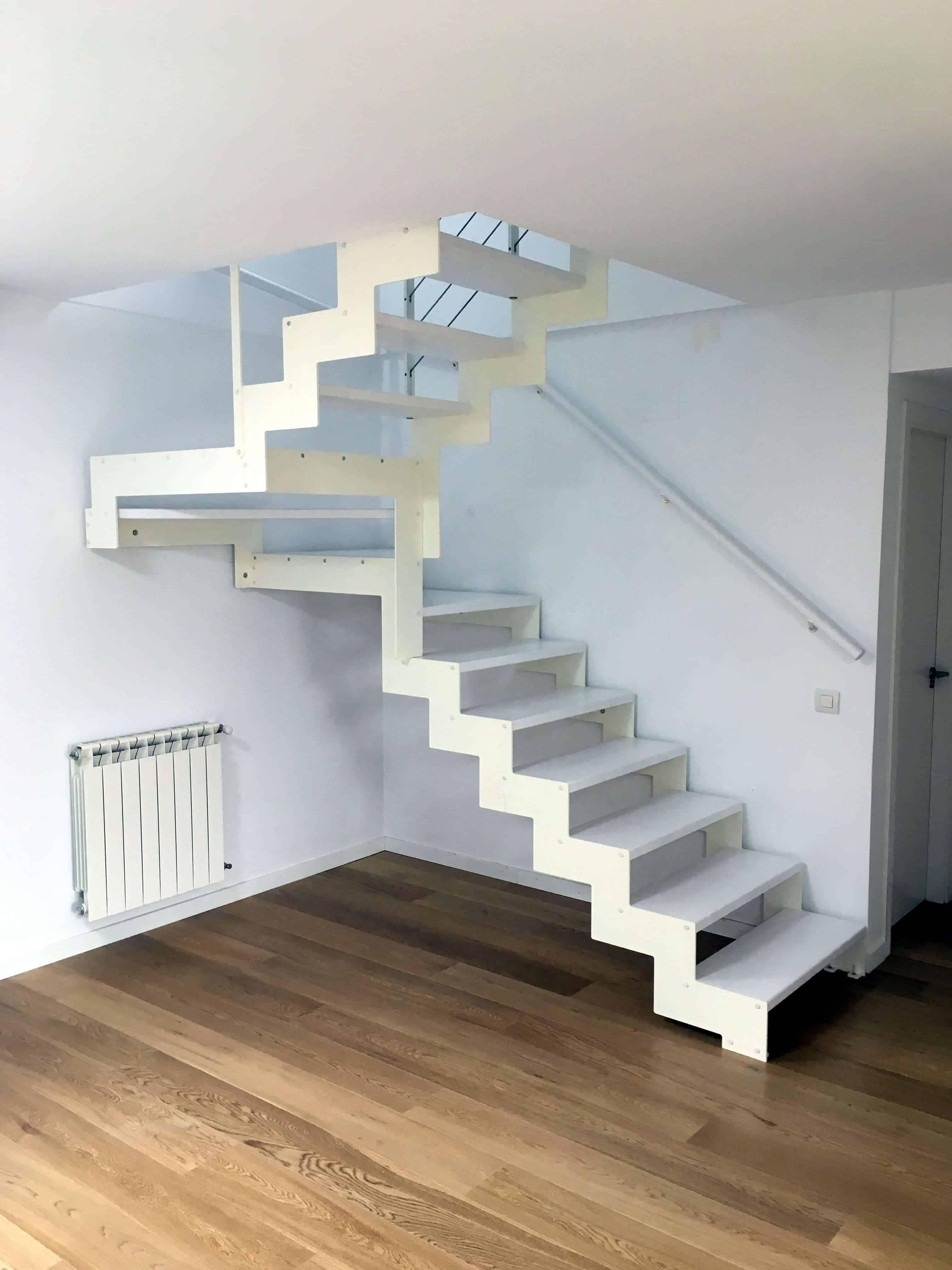 Escalera a tramos en madera lacada en blanco de enesca
