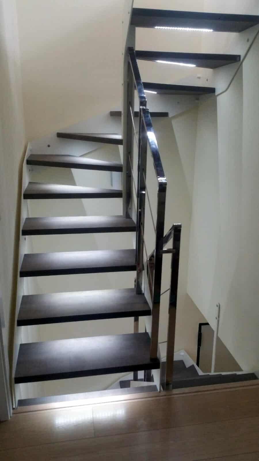 Escalera metálica con barandilla en acero inoxidable y peldaños de madera