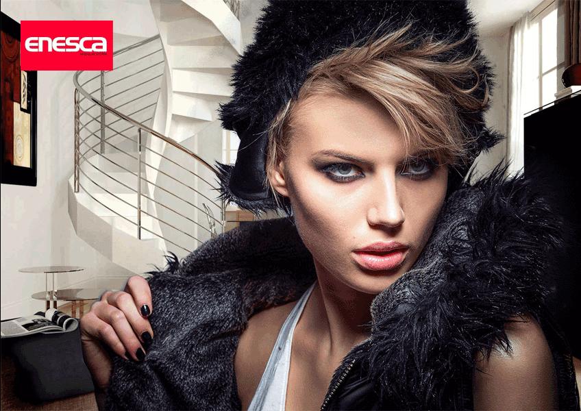 Escaleras de madera con estilo y chica glamurosa de Enesca.es