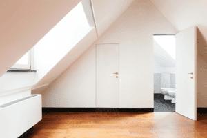 habitación con luz ventanas de techo para que no entre el sol en exceso