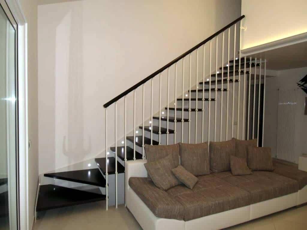 Escalera recta tanto de madera como de metal.